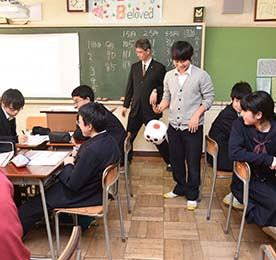 A course taught by personnel from Nomura Holdings. Participatory games taught students about the concepts of a strong and weak yen.